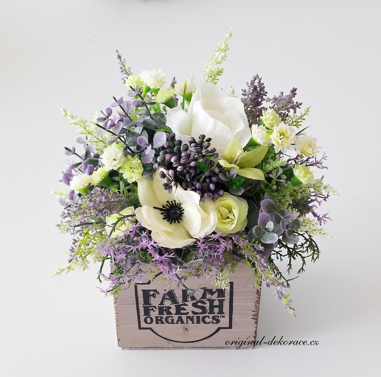 Dekorace na stůl z umělých květin v dřevěném truhlíku  00f8011800