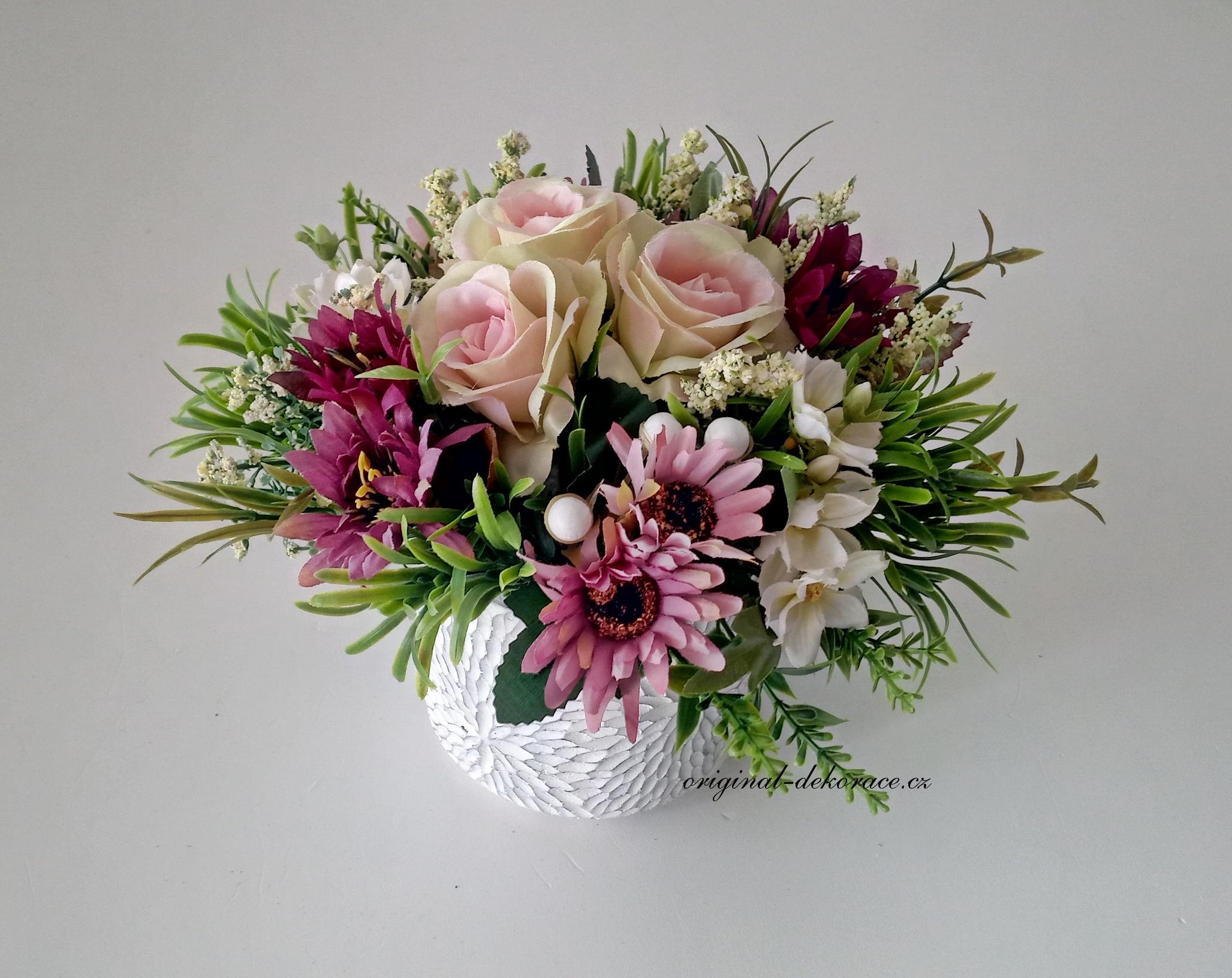 Dekorace na stůl z umělých květin fb7abf9dc6
