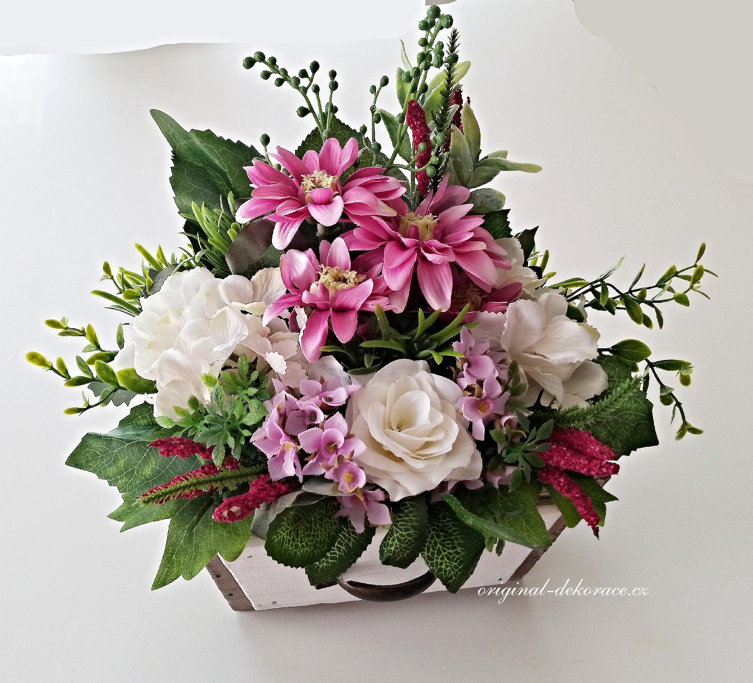 Dekorace z umělých květin ve dřevěném truhlíku  6b486ee569